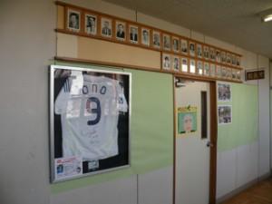 校長室前の小野選手のユニフォーム