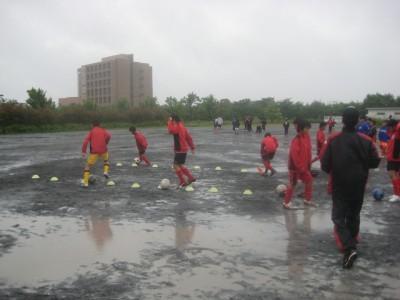 雨の中 試合前の練習