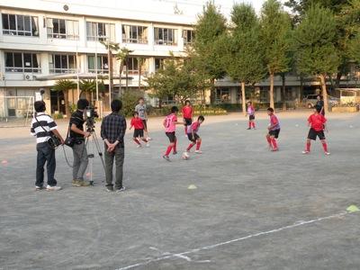 小野選手と校庭で一緒にフットサル。